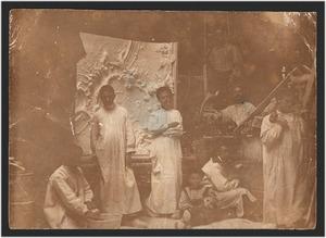 Atelier voor stuckplafonds met personeel, onder andere een jongetje met een doodshoofd
