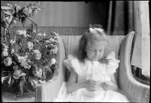 Portret van een kind in het huis van George Hendrik Breitner aan de Overtoom te Amsterdam