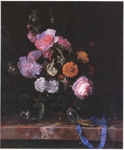 Bloemen in een glazen vaas met bronzen voet, muis en horloge, op een marmeren blad