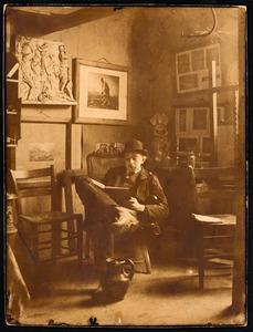H.P. Bremmer lezend in zijn atelier