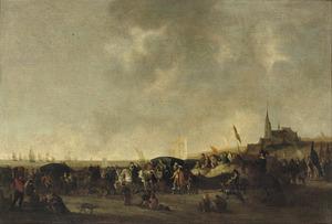 Strandgezicht bij Scheveningen met wandelaars en soldaten in afwachting van de aankomst van een vloot