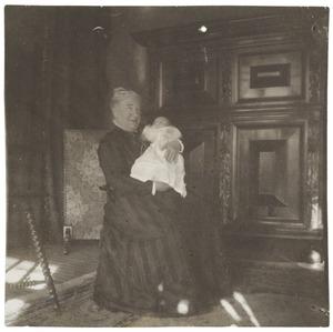 Portret van Laurence Julie Winkelman (1844-?) en Laurence Julie van der Haer (1909-1990)