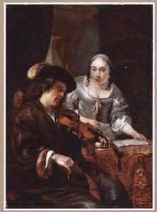 Vioolspelende man en een vrouw met een liedboek in een interieur