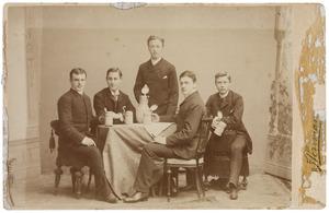 Groep onbekende, bier drinkende mannen