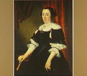 Portret van een vrouw met in de rechterhand een waaier