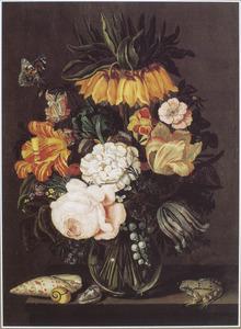 Stilleven met een boeket bloemen in een glazen vaas, een vlinder, schelpen en een kikker