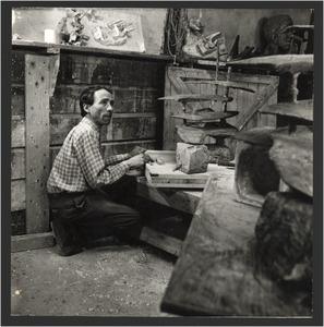 De beeldhouwer Wessel Couzijn in zijn atelier