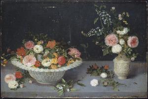 Bloemen in een schaal van wit aardewerk, in een steengoed kan en los op tafel