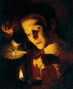 Een jongen die olie in een lamp giet