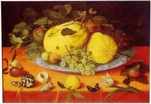 Vruchtenstilleven met schelpen en een tulp
