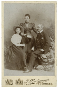 Portret van Emil Pieter Hendrik Marie Bijleveld (1842-18980, Bertha Johanna Wilhelmina van der Vliet (18520-1926) en Catharine Françoise Bijleveld (1879-1929)