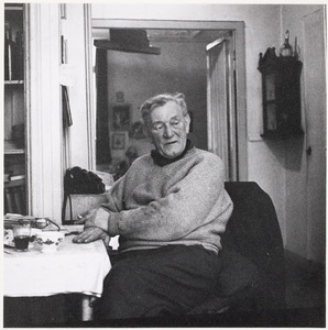 Fiedler zittend aan tafel op een van de laatste dagen van 1960 in zijn huis M. J. Kosterstraat 11 te Amsterdam