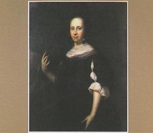 Portret van een vrouw, staande tegen de achtergrond van een tuin