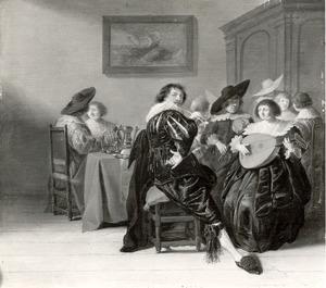 Elegant musicerend, pratend en rokend gezelschap in een interieur
