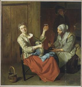 Bordeelscène met een jonge vrouw die het glas heft met op haar schoot een bierkan, naast haar zit een oude vrouw met een fles in de hand