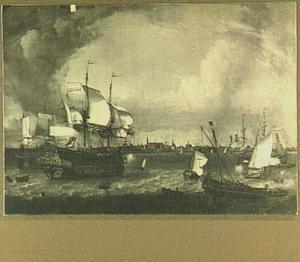 Een Hollandse fregat en kleinere schepen op de rede van Hoorn