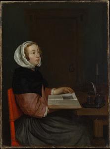 Jonge vrouw met opengeslagen boek