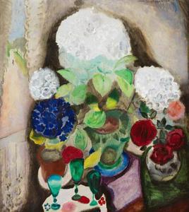 Stilleven met hortensia en drie groene glaasjes