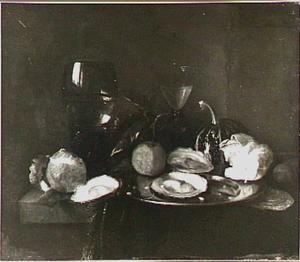 Stilleven met oesters, sinaasappels, meloen, brood en roemer op een tafel met donker kleed