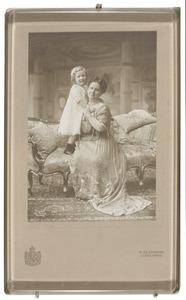 Portret van koningin Wilhelmina (1880-1962) en prinses Juliana (1909-2004)