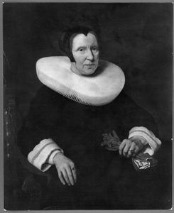 Portret van een vrouw met een donkere tipmuts