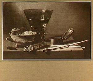 Stilleven met konische roemer, pijp en tabaksdoos