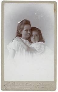 Portret van twee meisjes, mogelijk dochters van Margaretha van Oordt (1869-1938) en John Irwin Brown (1858-1937)