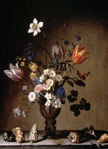 Boeket bloemen in een roemer, omringd door schelpen, op een stenen plint