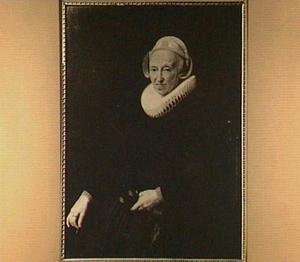 Portret van een 70-jarige vrouw met een boekje