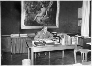 Horst Gerson, directeur van het RKD, in zijn werkkamer Korte Vijverberg 7, Den Haag