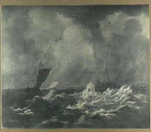 Scheepvaart bij harde wind met rechts een aanlegsteiger met een baken