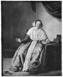 Jonge vrouw aan tafel in een interieur