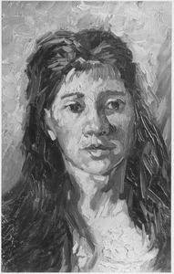 Studiekop van een vrouw met lang donker haar, bijna en face