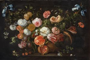 Guirlande van bloemen en vruchten in een nis