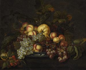 Vruchten op een chinees porseleinen schotel