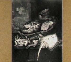 Visstilleven met rog, krab, schol en kabeljauw op viskaar met mand en weegschaal; op de achtergrond een doorkijkje naar strandscène