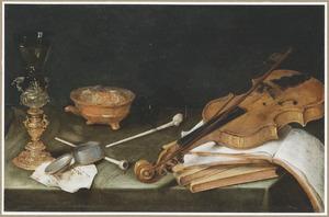 Stilleven met rook-en drinkgerei, boeken en een viool