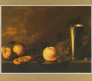 Stilleven met een zilveren beker en vruchten op een stenen tafel