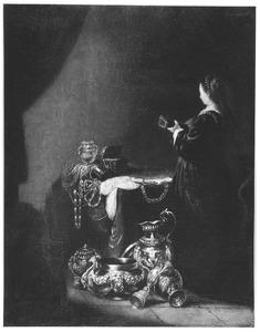 Luitspelende vrouw bij een uitstalling van siervaatwerk en juwelen