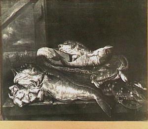 Visstilleven met kabeljauw, krab en kreeft rondom mand; op de achtergrond (links) een doorkijkje met vissersscène