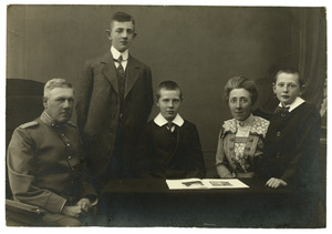 Portret van Willem Frederik Hartman (1864-1932), Anna Gerardina Lisman (1869-1945) en hun kinderen