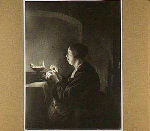 Een vrouw naaiend bij een olielamp