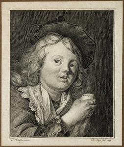 Een jongen met een geopend ei in zijn rechterhand