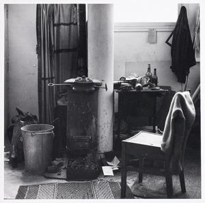 Het atlier van Herbert Fiedler, Rapenburgstraat 79 te Amsterdam, zoals het werd aangetroffen enkele dagen na zijn dood in 1962.