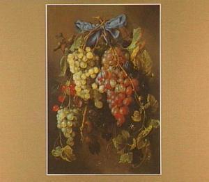 een festoen van druiven en ander fruit hangend aan een spijker met een blauw lint