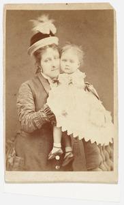 Portret van Marie Alexandrine Otheline Caroline van Bylandt (1874-1968) en een vrouw, mogelijk 'mevrouw Van Schuilenburg'