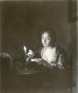 Jonge vrouw die een brief zegelt bij een brandende kaars