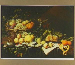 Stilleven van vruchten en brood in een mand, oesters, ham en een deels geschilde citroen op tinnen borden, glaswerk en een nautilusschelp