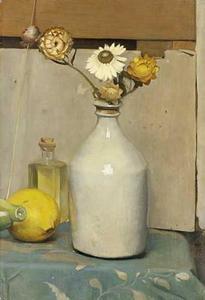 Stillven met soja-kruikje, immortellen, citroen, spaarvarken, gekurkt flesje olie