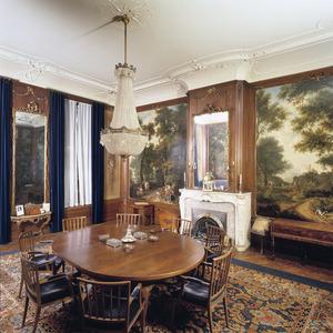 Zaal met geschilderde behangsels